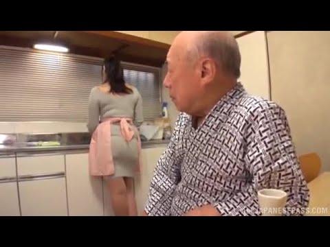 Kakek Sugiono Di Bantu Mencuci Piring
