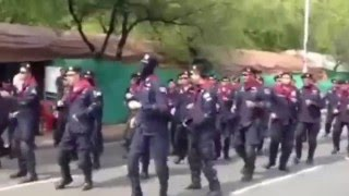Repeat youtube video คลิปตำรวจคุมม็อบมัฆวานเต้นบั๊ดสะหลบยกทีม