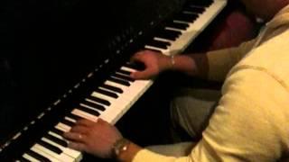 Пацан классно играет на пианино