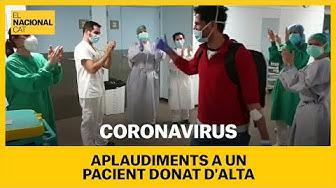 Sanitaris aplaudeixen a un pacient de coronavirus donat d'alta a l'Hospital Parc Tauli de Sabadell
