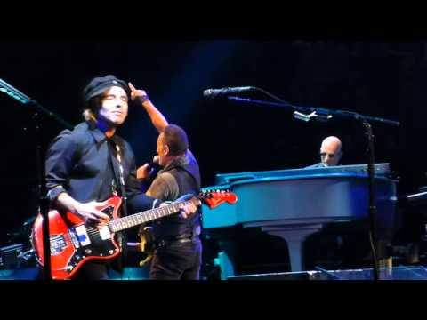 """Bruce Springsteen """"Out In The Street"""" St.Paul,Mn 2/29/16 HD"""