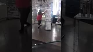 Une femme ki frappe un policie en Italie