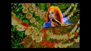 Watch Tori Amos Garlands video