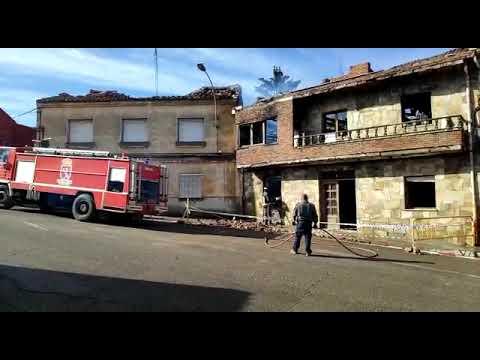 Un incendio calcina una casa deshabitada en La Bañeza