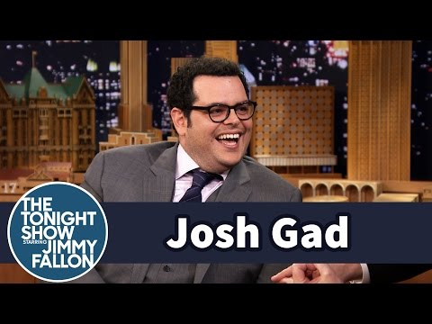 Thumbnail: Josh Gad Posed with Olaf in Times Square