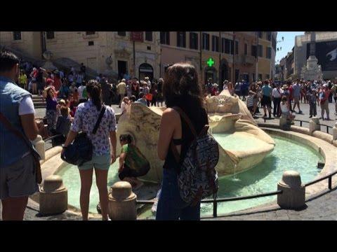 Caldo a Roma, turisti si bagnano nelle fontane. Ma non solo loro ...