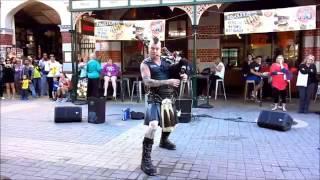 Крутой уличный музыкант  Epic street artist(Ваша реклама под этим видео, писать в личку ютуба Подписываемся на самые лучшие приколы интернета! Subscribe..., 2013-06-28T09:58:17.000Z)