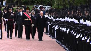 President Shimon Peres welcomed by an honor guard at the Royal Palace in Norway