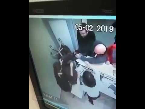 """Видео нападения на сотрудницу """"Сбербанка"""" в Сочи мужчины с ножом (05.02.2019)"""