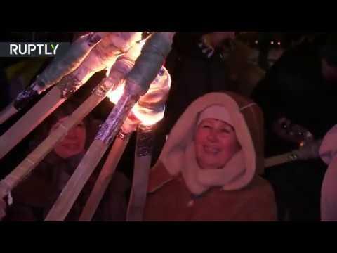 Украинцы прошли с факелами по Киеву в годовщину битвы с советскими солдатами