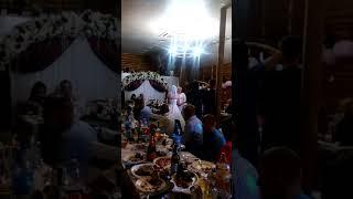 Невеста говорит слова благодарности родителям .