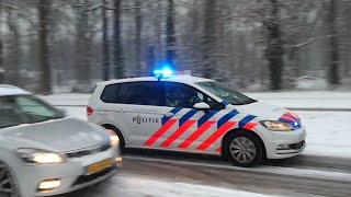 PRIO 1 Noodhulp Politie Eindhoven door de sneeuw over de Floralaan Oost in Eindhoven