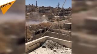 """بالفيديو: دبابة للجيش السوري تدمر مقرا لـ""""النصرة"""" بحلب"""