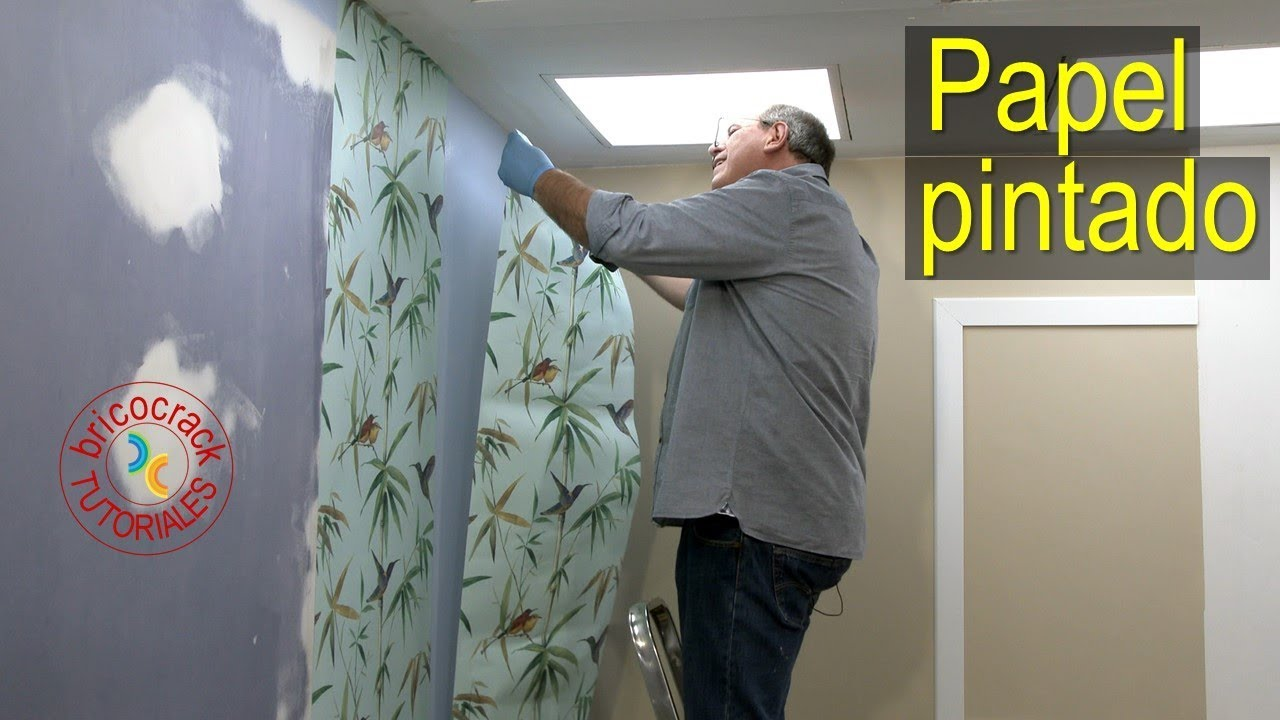 b88105e71b3 Poner papel pintado encolando solo la pared (Bricocrack) - YouTube