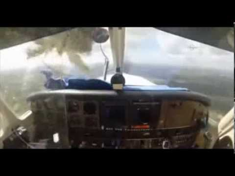 Vogel kracht durch Cockpit-Fenster - Bird Crashes Through Plane's Windshield