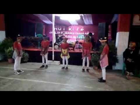 Haha!!ini video dance zara leola move it!!sorry salah depanya doank