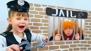 Играет в Профессии - Полицейский Nastya Play