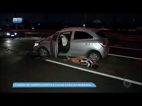 Motorista é flagrado após capotar na Marginal Pinheiros (SP)