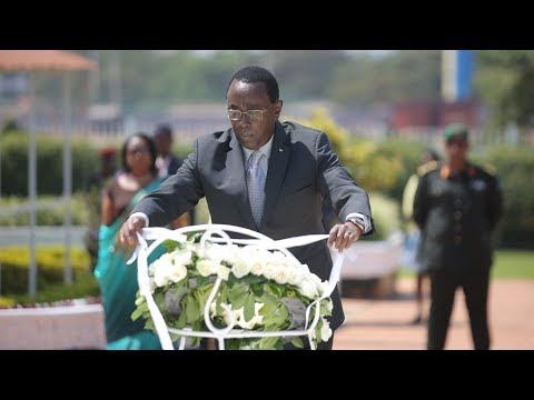 Perezida wa Sena Bernard Makuza yunamiye intwari z'igihugu