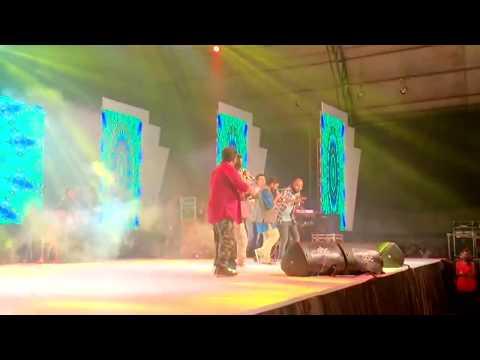 Entammede Jimikki Kammal Vineeth Sreenivasan on stage