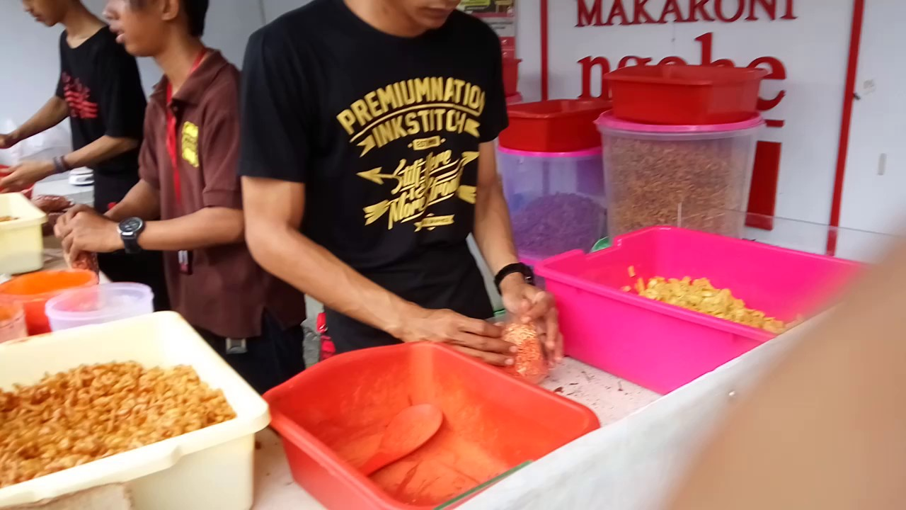 Suasana pedagang Macaroni Ngehe
