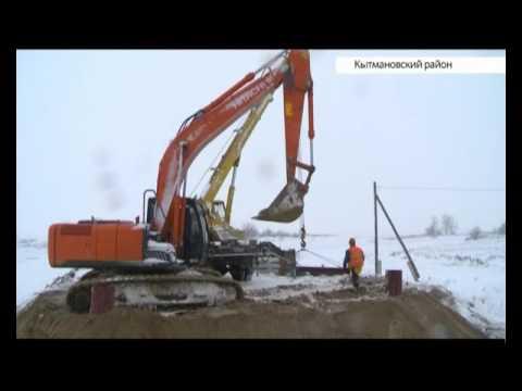 В Кытмановском районе с утра до позднего вечера ведутся работы по восстановлению моста