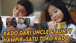 Download lagu Cici & Kakak - UNBOXING KADO DARI AUNTY UNCLE