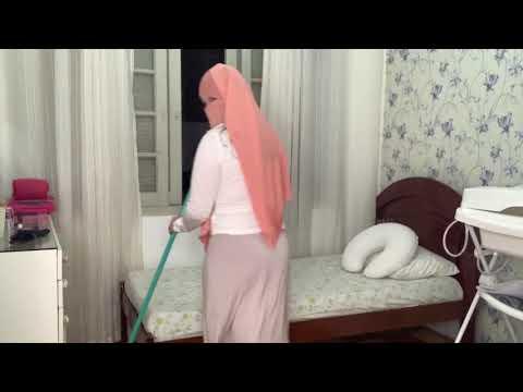 Türbanlı kadın sexsi etegi ile ev temizliği yapıyor