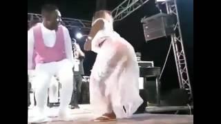 Aunty Ezekiel avamia stage wakati mume wake akitoa burudani thumbnail