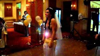 Невеста танцует танец живота. Belly dance