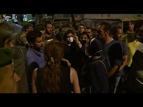 مواجهة مؤثّرة بين لبنانيين وعناصر الجيش.. -إنتو موجوعين متلنا بس ما تضربونا وتحموا الفاسدين-  - نشر قبل 3 ساعة