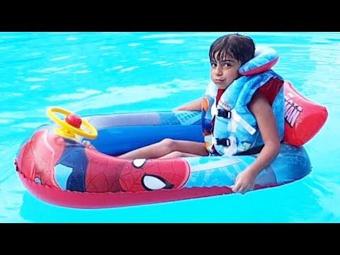 Çınar Efe Örümcek adam botuyla havuzda yüzdü. Çınar Efe Swimming in pool with spiderman.