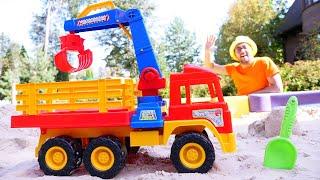 Oyuncak kamyon ile kumdan şekilleri yapalım. Benim kum havuzum. Kum oyunları.
