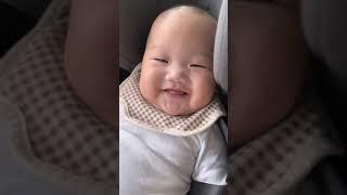 카시트 적응중인 미소천사