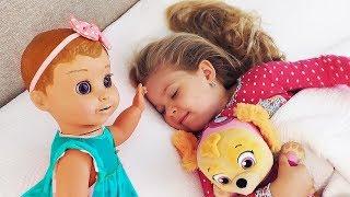 A rotina matinal de Diana e seu boneca favorito.