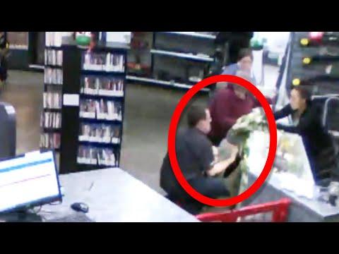 Atrapa al bebé cuando se cae del mostrador de una tienda