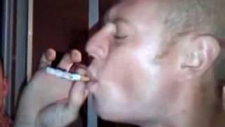 Repeat youtube video Fuma la sigaretta in un solo tiro! E STA QUASI PER SVENIRE...