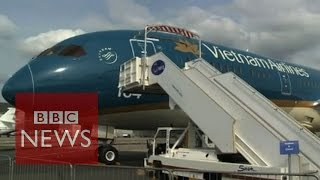 Airbus and Boeing compete at Paris Air Show - BBC News