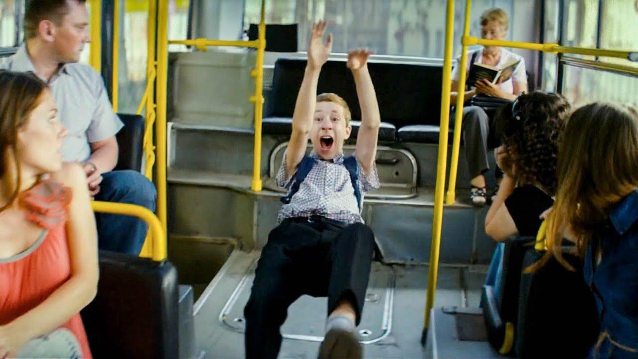 【穷电影】男孩在公车上莫名飞了起来,乘客都看傻眼了,只有他知道背后可怕原因