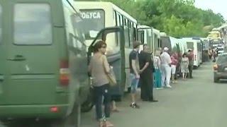 Мирные жители часами простаивают в очередях, чтобы пересечь линию фронта