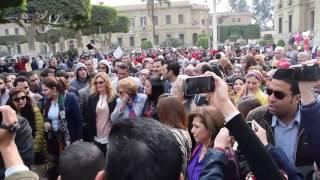 مصر العربية | يسرا والهام شاهين فى مسيرة بجامعة القاهرة للتضامن مع قضايا النازحات واللاجئات