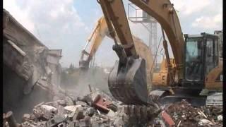 GÖLBAŞI BELEDİYESİ AVNİ CİHANGİR İŞ MERKEZİNİ YIKIYOR - Gölbaşı'nın 40 yıllık en eski yapılarından olan ve kimsenin yıkamaz dediği Avni Cihangir iş hanı Gölbaşı belediye ekipleri sabahın erken saatlerinde yıkımı ...