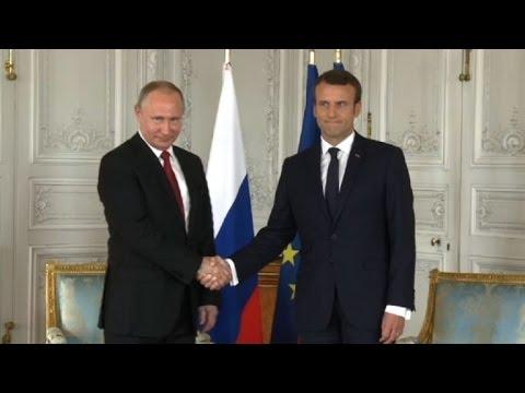 AFP: Versailles: Poutine accueilli par Macron au Grand Trianon