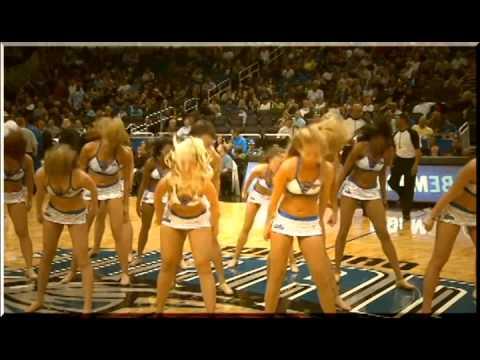 Черлидинг в Америке, группа поддержки баскетбольной команды.