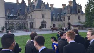 The bride arrives in a carriage (Biltmore)