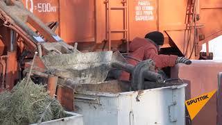 Пенсионерка лезет прямо под гидроманипулятор мусоровоза. Минск