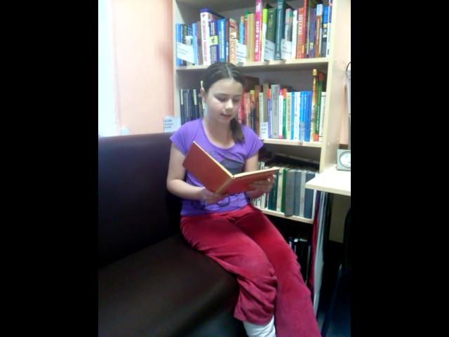 Изображение предпросмотра прочтения – МарияМальцева читает произведение «Эта книжечка моя про моря и про маяк» В.В.Маяковского