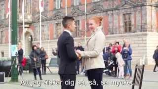 Alexander Hermansson friar till sin Caroline - Grease Musikal Flashmob