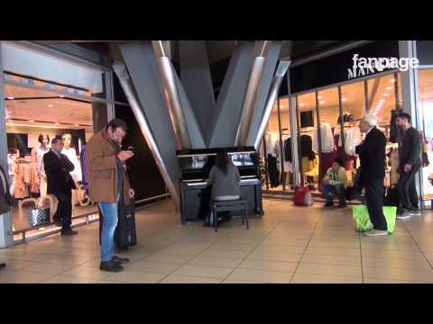 Un pianoforte nella stazione centrale di Napoli ed i passeggeri diventano musicisti