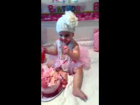بالفيديو- طفلة لبنانية تأكل الكيك للمرة الأولى! شاهدوا ردة فعلها
